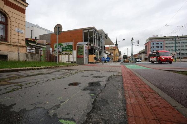 Rozbitý asfaltový chodník strieda vynovenú zámkovú dlažbu.