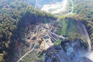 Na vrchu Tábor boli nájdené najmä fragmenty pravekej keramiky aoranžovej prepálenej mazanice.