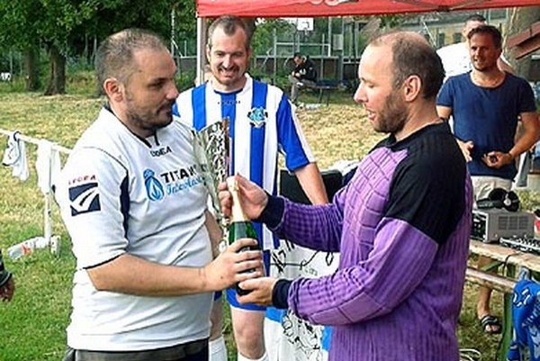 Branislav Adámek prijíma gratulácie od Petra Fridricha a Milana Levčíka.