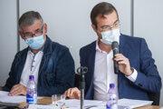 Minister zdravotníctva Marek Krajčí a tajomník Pandemickej komisie vlády Anton Tencer počas piatkového rokovania.