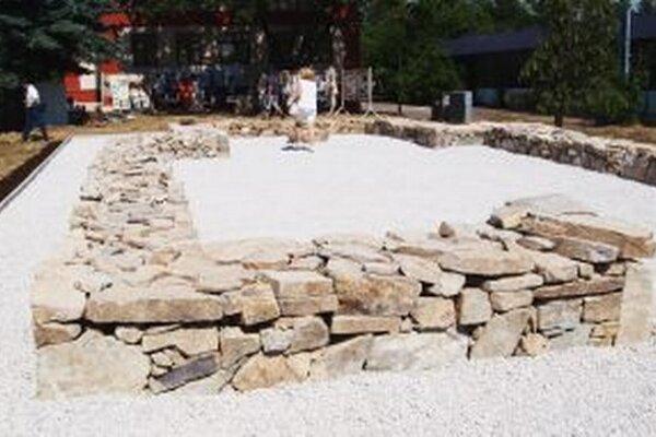 Pamätník tvorí nadzemná kópia línií základov kostola sv. Martina.