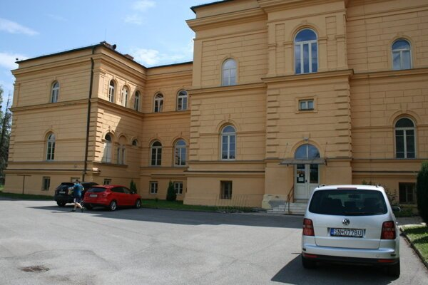 Gymnázium na Školskej ulici v Spišskej Novej Vsi má troch pozitívne testovaných študentov. Do styku so spolužiakmi a učiteľmi však neprišli.