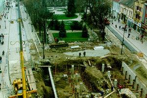 Hlavná ulica sa zmenila na veľké archeologické nálezisko.