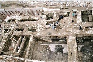 Historické hradby boli ukryté pod Hlavnou ulicou. Takto to vyzeralo počas archeologického prieskumu v deväťdesiatych rokoch.