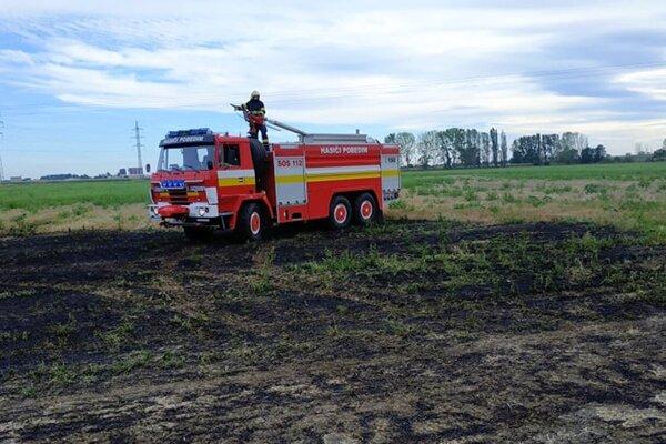 Požiar strniska na ploche 200x200 metrov.