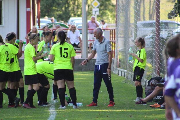Tréner Igor Gažovič s hráčkami.