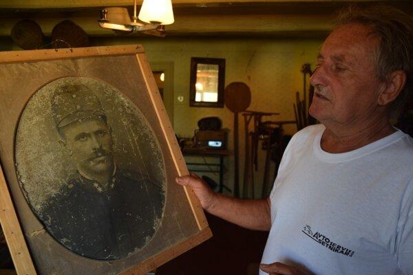 Vavrinec Maljarčik s portétom starého otca, ktorý má v netradičnom múzeu svoj kút.