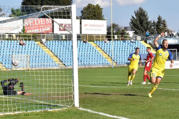 Víťazný košický gól strelil už v 9. minúte z penalty Pavúk (vpravo).