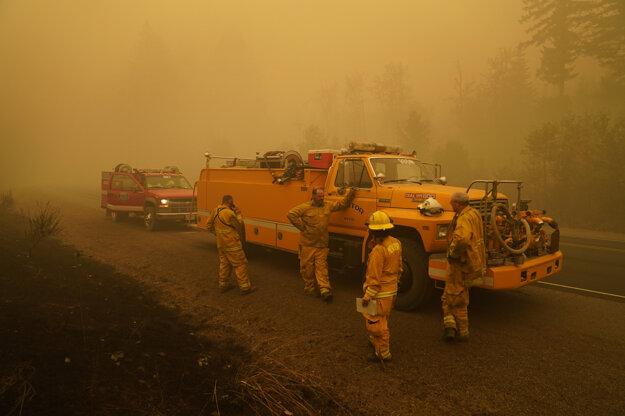 Požiarnici bojujú so živlom niekoľko dní.