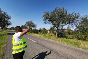 Karol z MOPS ukazuje, odkiaľ detí zvyknú hádzať kamene.