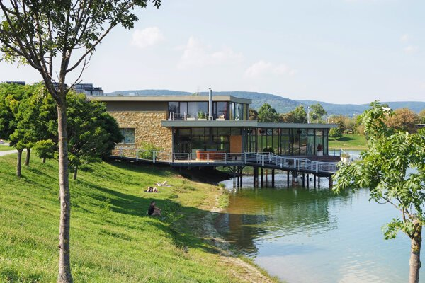 Molo Restaurant na brehu jazera Kuchajda.