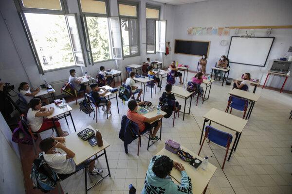 Žiaci v triede základnej školy San Biagio v severotalianskom meste Codogno.