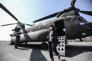Prezidentka prišla na Kastellorizo vojenským vrtuľníkom.
