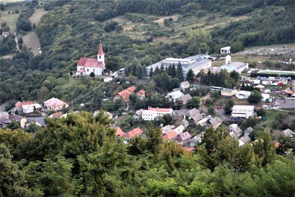 ilustračné foto - pohľad na stred obce Hrušov