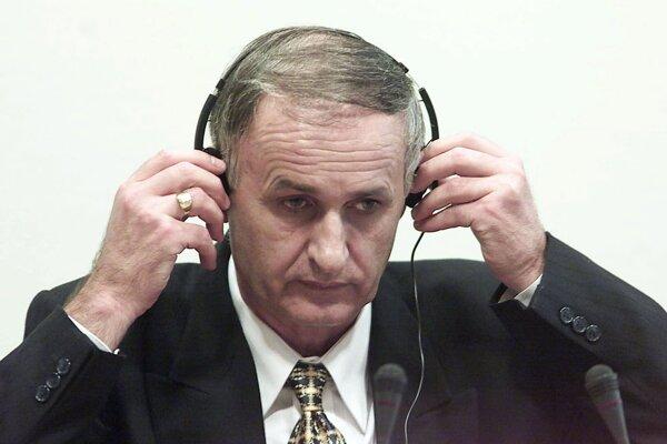 Na archívnej snímke z 2. augusta 2001 je Radislav Krstič počas súdu v Haagu.