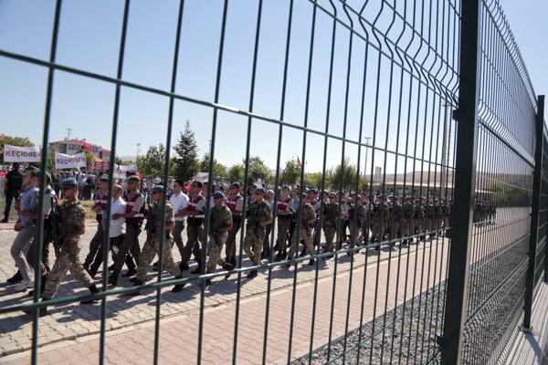 Polovojenskí policajti a príslušníci špeciálnych jednotiek počas eskorty podozrivých zo spolupráce na prevrate Turecku.