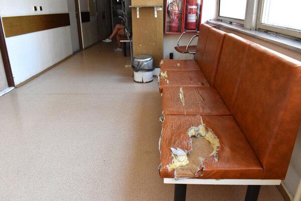 Takto vyzerá stará koženková lavica v jednej z čakární na KVP.