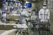 Lekári ošetrujú pacientov s Covid-19 na jednotke intenzívnej starostlivosti v nemocnici v čínskom meste Wu-chan 6. februára 2020.