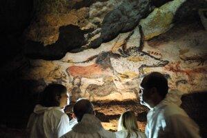 V jaskyni Lascaux je zobrazených viac než 900 zvierat a iba jediný človek.