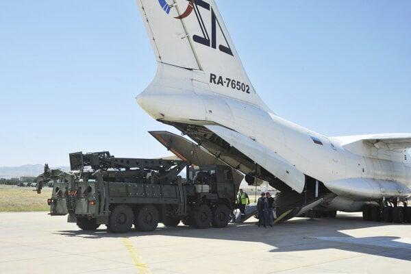 Vykladanie súčastí ruského systému protivzdušnej obrany S-400.