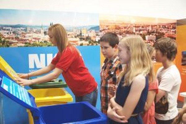 Deti sa zoznamujú s prácou smetiarov.