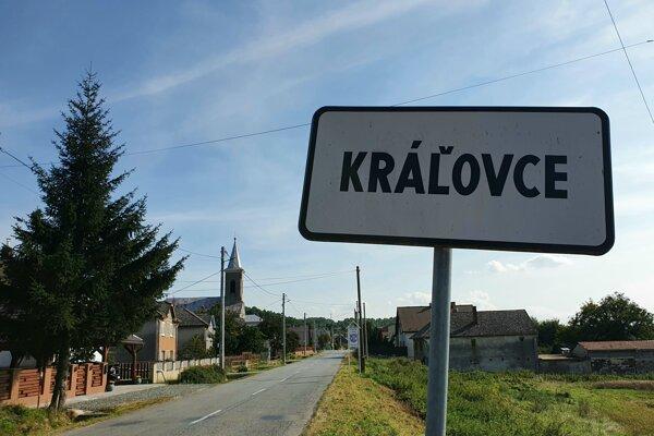 Jeden z troch vstupov do obce Kráľovce v okrese Košice-okolie.