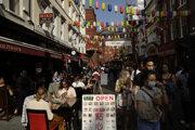 Preplnené ulice v čínskej štvrti v Londýne, dňa 19. mája 2020, aj napriek tomu, že sa počet pozitívnych prípadov nákazy koronavírusom SARS-COV-2 zvyšuje.