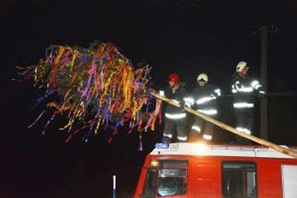 Máj v Lúčnici nad Žitavou zvalili páchatelia na elektrické káble. Zasahovať preto museli hasiči.