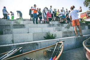 Dobrovoľníci sa chystajú čistiť Malý Dunaj z kanoe.