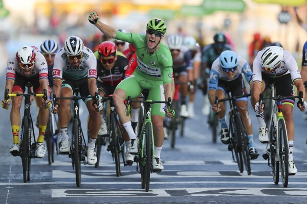 Sam Bennett oslavuje víťazstvo v 21. etape, Sagan skončil tretí.