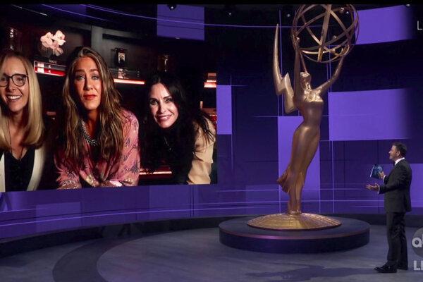 Jimmy Kimmel sa rozpráva s herečkami Lisou Kudrow, Jennifer Aniston and Courteney Cox prostredníctvom telemostu.