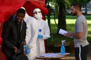 Testovanie zahraničných študentov pred budovou Centra pre biomedicínu Jesseniovej lekárskej fakulty UK v Martine.