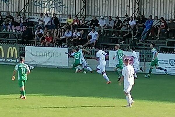 Zo zápasu FKM NOvé Z8mky - FC Nitra B 2:1.