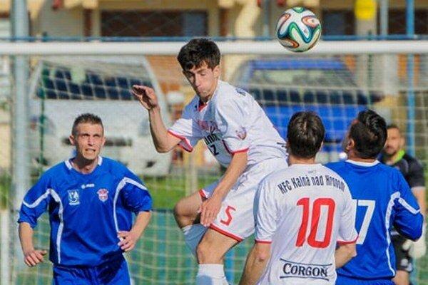 Kalná nad Hronom (v bielych dresoch) remizovala s tímom FC ViOn B/Volkovce 1:1.