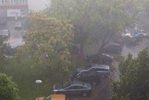 Okolo 18. hodiny sa v Nitre spustil silný lejak, padali aj krúpy.