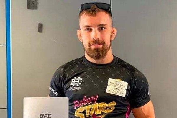 Ľudovít Klein so zmluvou s UFC v ruke.