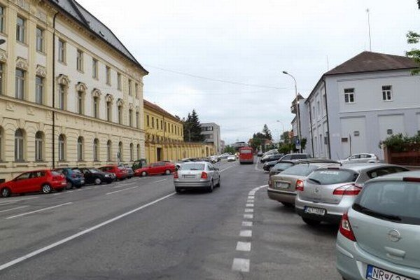Na Cintorínskej ulici chce radnica zrušiť vyhradené parkovacie miesta.
