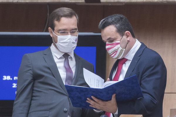 Vľavo minister zdravotníctva SR Marek Krajčí a vpravo predseda Správy štátnych hmotných rezerv SR Ján Rudolf prichádzajú na 38. rokovanie vlády .