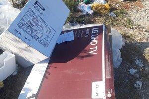 Medzi odpadkami sa našla aj faktúra s menom a adresou.