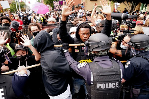 Demonštrácia v americkom meste Louisville po rozsudku v prípade Breonny Taylorovej.