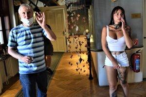 Matúš Zajac v priestoroch Novohradského osvetového strediska vysvetľuje a radí ako sa vysporiadať so svetlom pri fotení portrétov.