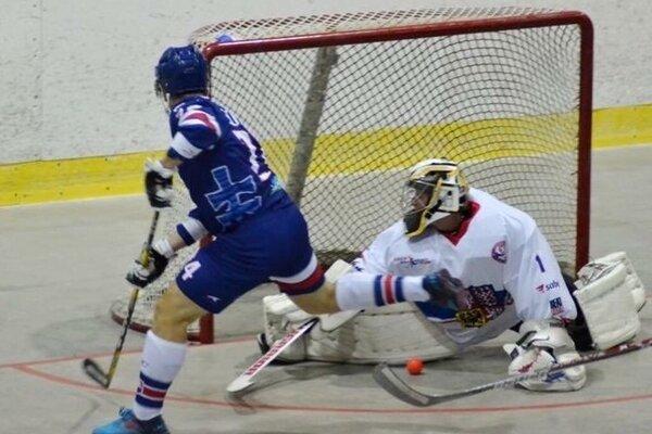 Branislav Chromiak (v modrom) v reprezentačnom drese v útočnej akcii.