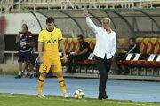 José Mourinho počas zápasu 3. predkola Európskej ligy Škendija Tetovo - Tottenham Hotspur.