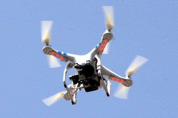 Ak je súčasťou dronu snímacie zariadenie, musíte ho automaticky registrovať.