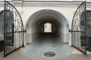 Vchod do domu na Lazovnej ulici.