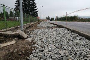 Rozostavaný chodník popri hlavnej ceste vo Vavrečke.