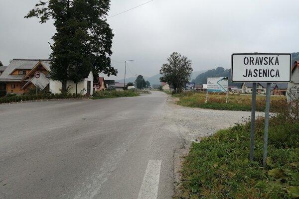 Hlavná cesta v obci.