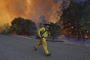 Hasič počas zásahu pri lesnom požiari v kalifornskom meste St. Helena.