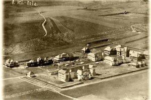 Letecký záber z roku 1920. Výstavba sa začala pred 1. svetovou vojnou. Po jej vypuknutí stavebné práce napredovali pomaly.