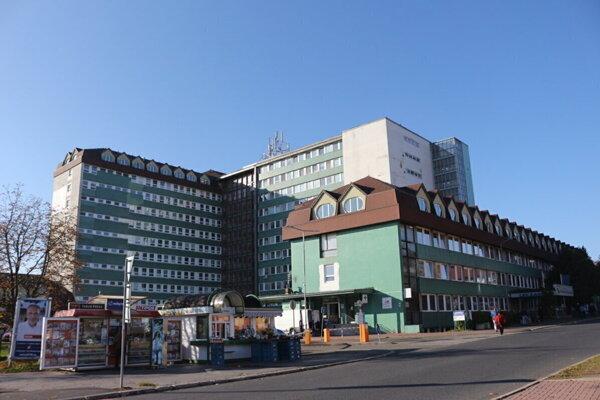 Nemocnica v Poprade má o dvoch pozitívnych zamestnancov viac, ako koncom minulého týždňa.